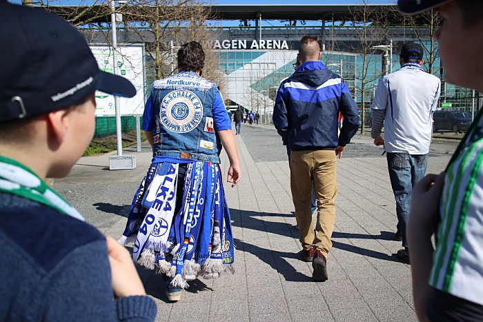 Ooch nicht zu Hause bleiben? Schalke Fans auf dem Weg ins Stadion. Lasse Hendriks / Shutterstock.com
